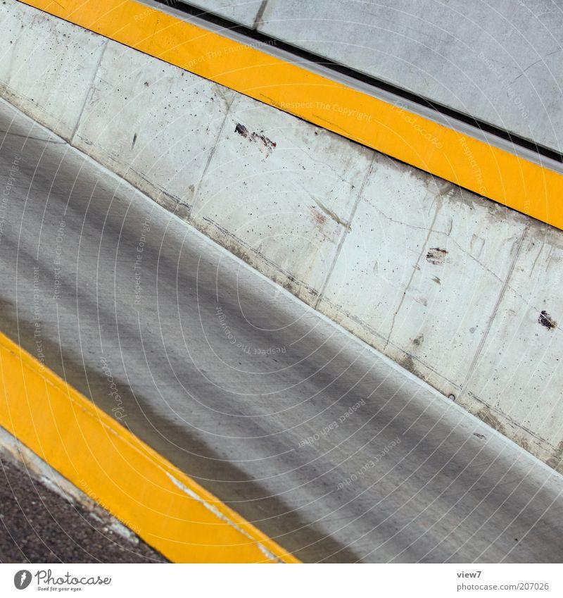 Abfahrt Mauer Wand Straße Stein Beton Zeichen Linie Streifen ästhetisch dünn authentisch einfach gelb Ordnung Perspektive Präzision rein Rampe Autobahnauffahrt