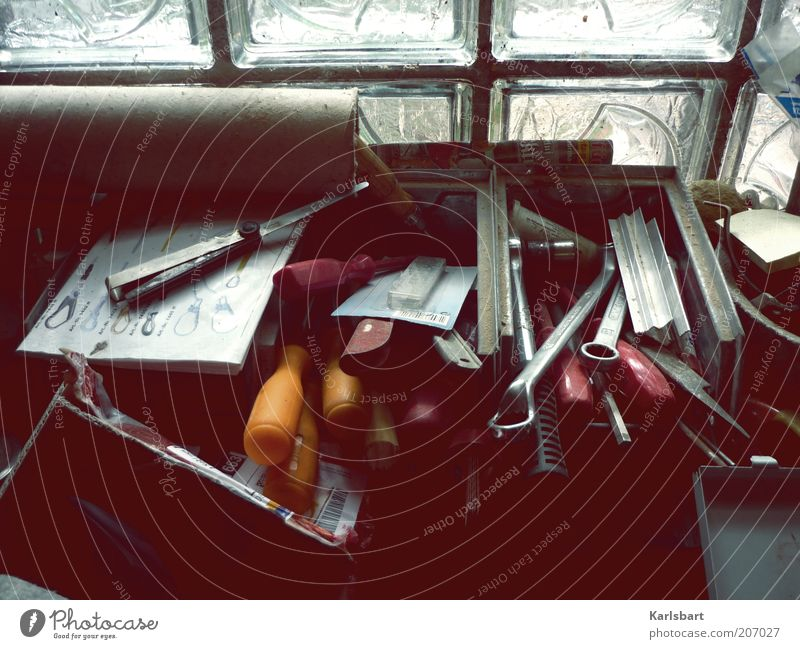 werkzeugkasten. Arbeit & Erwerbstätigkeit Metall Technik & Technologie Häusliches Leben Kasten Handwerk Werkstatt Wirtschaft Werkzeug durcheinander Arbeitsplatz stagnierend unordentlich Kontrast Detailaufnahme Mittelstand