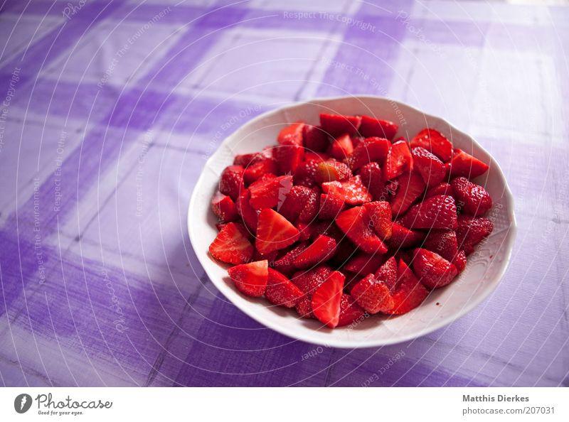 Erdbeeren rot Schalen & Schüsseln violett Innenaufnahme lecker frisch Obstsalat Textfreiraum links Gesundheit Gesunde Ernährung fruchtig Dessert Vitamin C