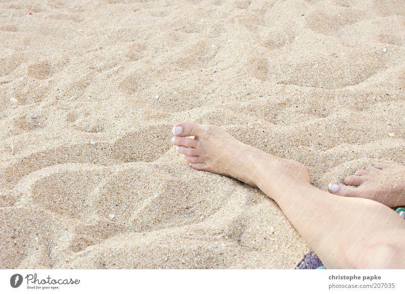 Pure Summerfeeling Jugendliche Ferien & Urlaub & Reisen Sommer Strand Erholung Sand träumen Fuß Zufriedenheit liegen Tourismus Symbole & Metaphern Junge Frau Wohlgefühl Sonnenbad Sommerurlaub