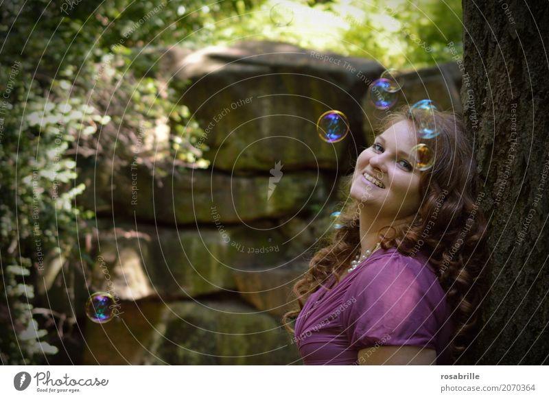 Tagträume Freude Mensch feminin Junge Frau Jugendliche Erwachsene 1 18-30 Jahre Park Wald Seifenblase brünett rothaarig Locken beobachten Erholung genießen