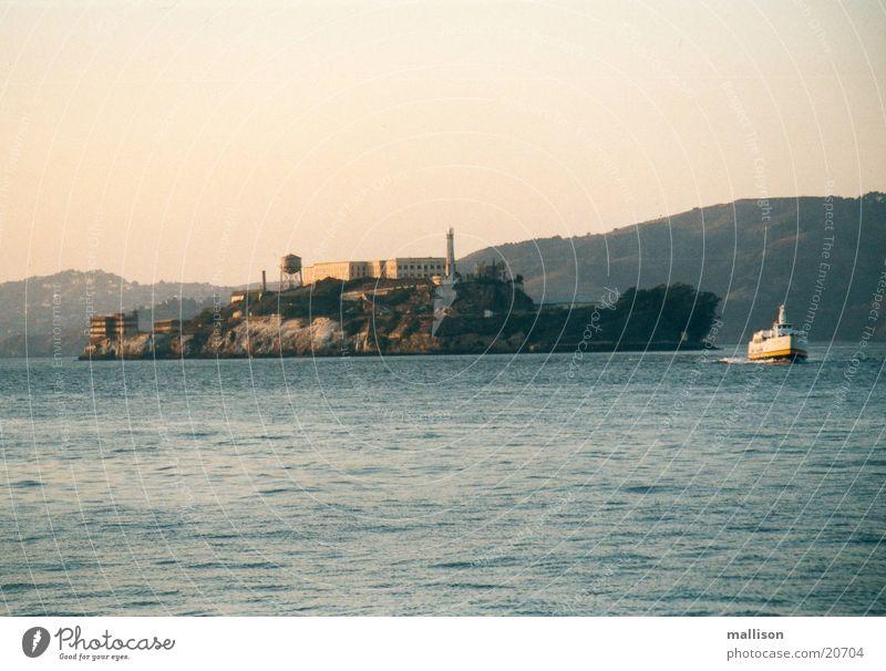 Ein Schiff? Eine Insel? Wasserfahrzeug Alcatraz