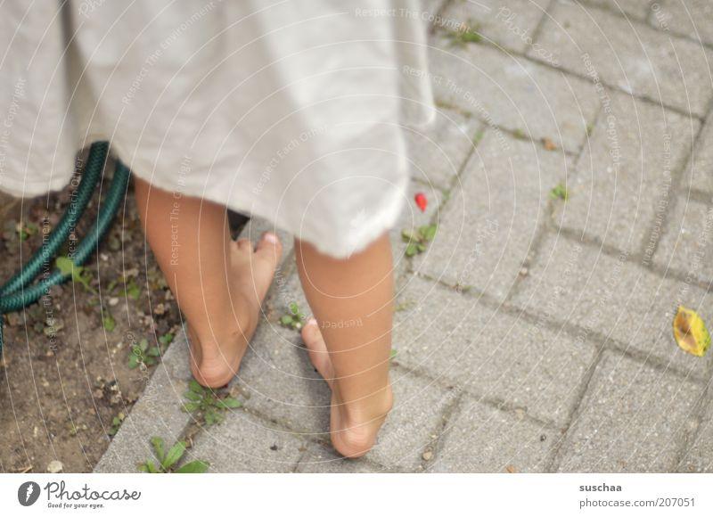 ohne schuh und strümpf .. Mensch weiß Mädchen Sommer Umwelt Leben feminin Wege & Pfade Garten Stein Beine Fuß Kindheit Zufriedenheit Beton stehen