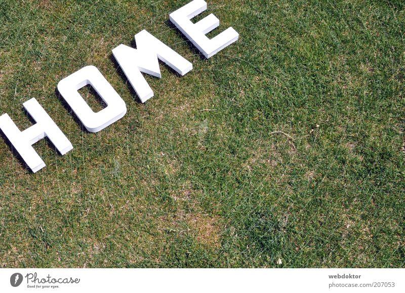 home sweet home weiß grün Wiese Gras Rasen Schriftzeichen Buchstaben Zeichen Kunststoff trocken Wort Dürre Symbole & Metaphern Bedeutung