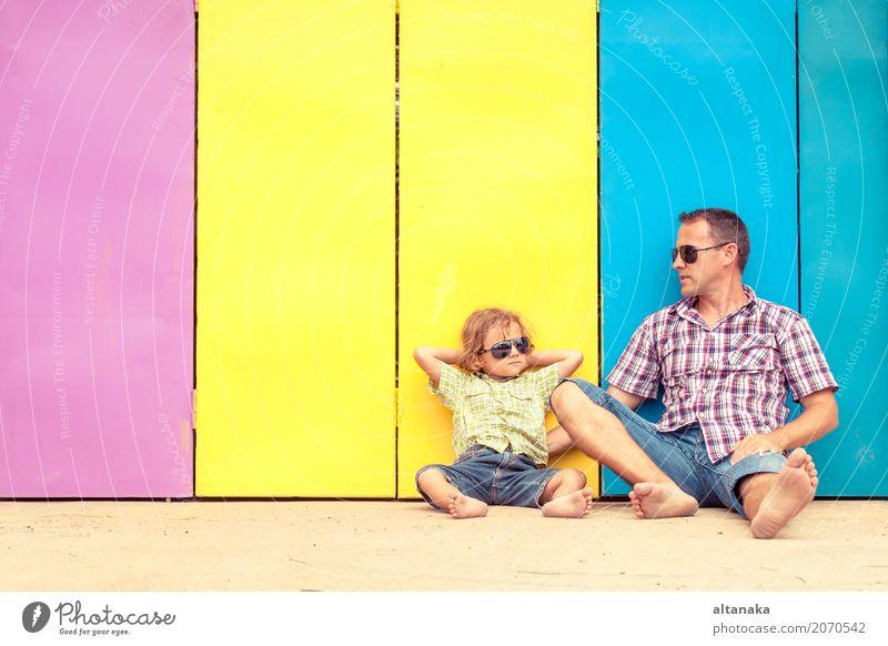 Vater und Sohn, die nahe dem Haus sich entspannen Mensch Kind Natur Ferien & Urlaub & Reisen Mann Sommer Sonne Erholung Freude Erwachsene Leben Lifestyle Liebe