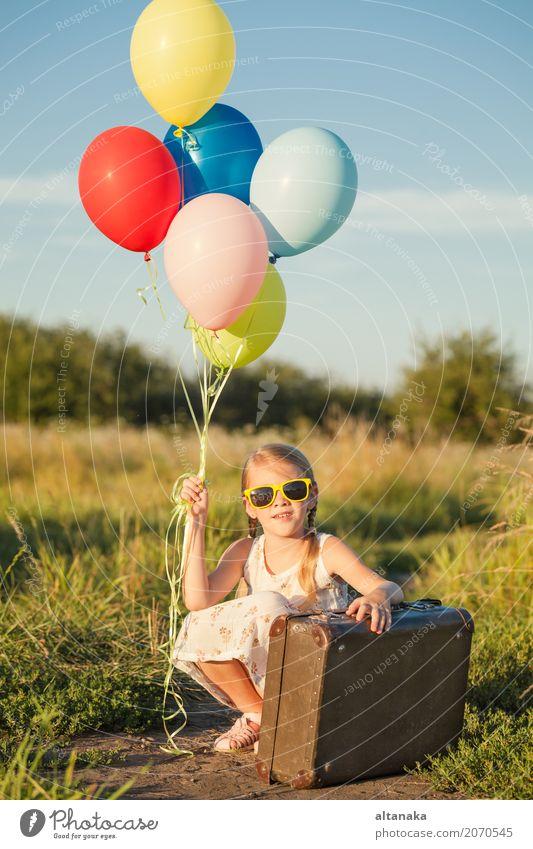 Glückliches kleines Mädchen, das auf Straße spielt Lifestyle Freude Freizeit & Hobby Spielen Ferien & Urlaub & Reisen Ausflug Abenteuer Freiheit Camping Sommer
