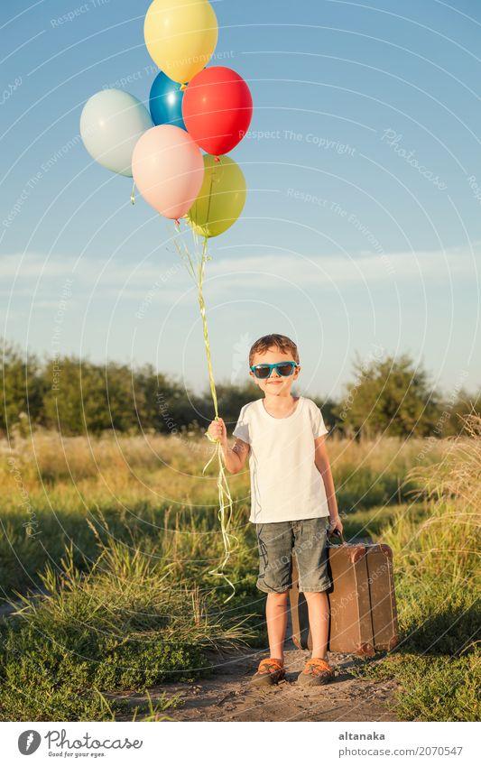 Glücklicher kleiner Junge, der auf Straße spielt Lifestyle Freude Freizeit & Hobby Spielen Ferien & Urlaub & Reisen Ausflug Abenteuer Freiheit Camping Sommer