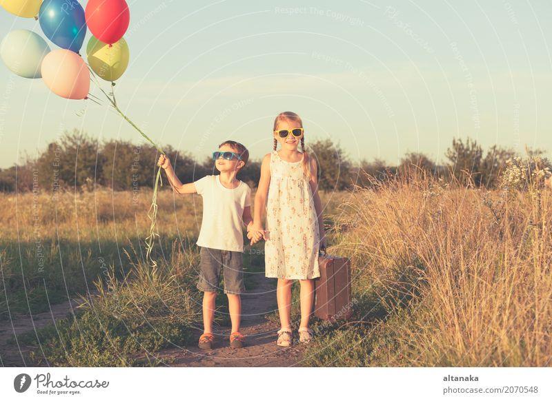 Glückliche kleine Kinder, die auf dem Gebiet spielen Lifestyle Freude Freizeit & Hobby Spielen Ferien & Urlaub & Reisen Ausflug Abenteuer Freiheit Camping