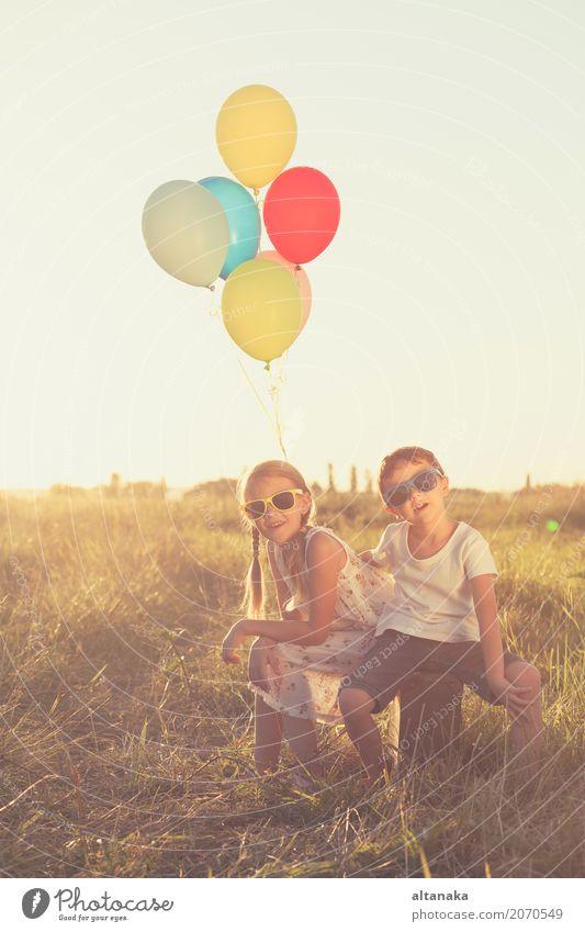 Glückliche kleine Kinder, die auf Straße zur Tageszeit spielen. Lifestyle Freude Freizeit & Hobby Spielen Ferien & Urlaub & Reisen Ausflug Abenteuer Freiheit
