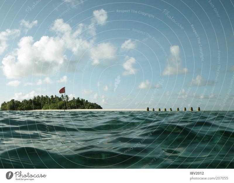 Red flag in paradise III Natur Wasser Himmel Meer grün blau Sommer Ferien & Urlaub & Reisen Wolken Wellen Insel Fahne Freizeit & Hobby Malediven Blauer Himmel Wasseroberfläche