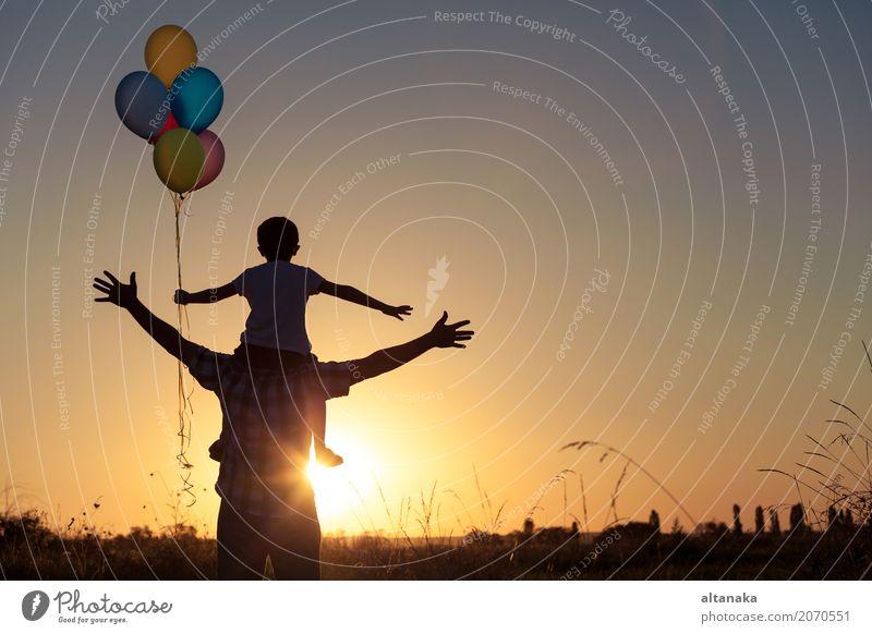 Vater und Sohn, die mit Ballonen im Park spielen Lifestyle Freude Glück Freizeit & Hobby Ferien & Urlaub & Reisen Abenteuer Freiheit Camping Sommer Sonne