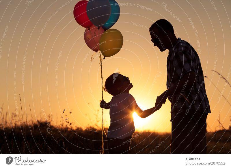 Vater und Sohn, die mit Ballonen im Park spielen Mensch Kind Natur Ferien & Urlaub & Reisen Mann Sommer Sonne Hand Freude Erwachsene Straße Lifestyle Sport