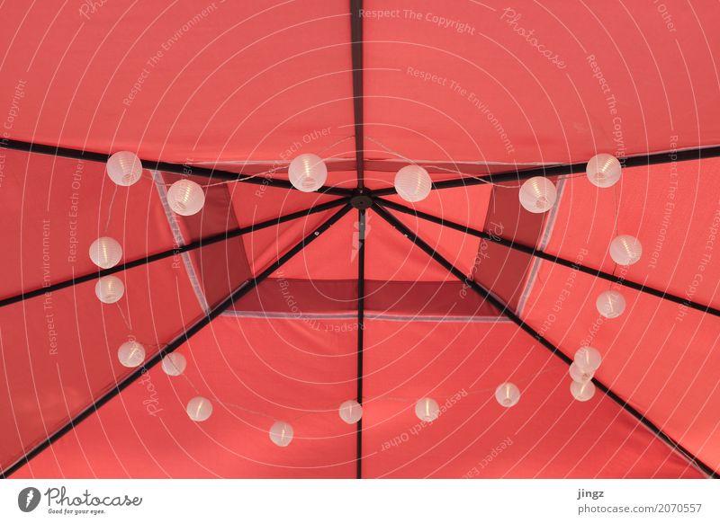 Lichterkette ringsrum Pavillon Linie leuchten chaotisch rot mittig unterstützend klare linien Symmetrie Lampe Beleuchtung Beleuchtungselement oben hängend