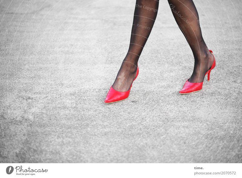 AST 10 | Damenwahl feminin Frau Erwachsene Beine Fuß Mensch Platz Straße Wege & Pfade Strumpfhose Damenschuhe Stein Beton Bewegung gehen laufen elegant Erotik