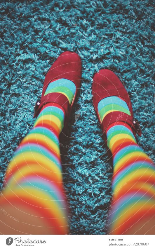 die roten schuhe Schuhe Strümpfe Ringelstrümpfe Kniestrümpfe schnallenschuhe Teppich Beine dünn verrückt außergewöhnlich farbzusammenstellung seltsam zyan gelb