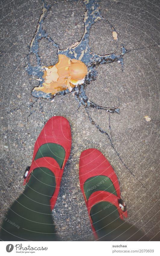 platsch Unfall runtergefallen Ei roh kaputt Schweinerei Eigelb Eierschale zerbrechlich Straße Asphalt Beine Schuhe Damenschuhe rot kaufen Fuß Frau