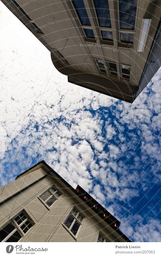 schräg Umwelt Urelemente Luft Wolken Stadt bevölkert Haus Bauwerk Gebäude Architektur Blick weiß blau Fenster Reflexion & Spiegelung oben stürzend Farbfoto