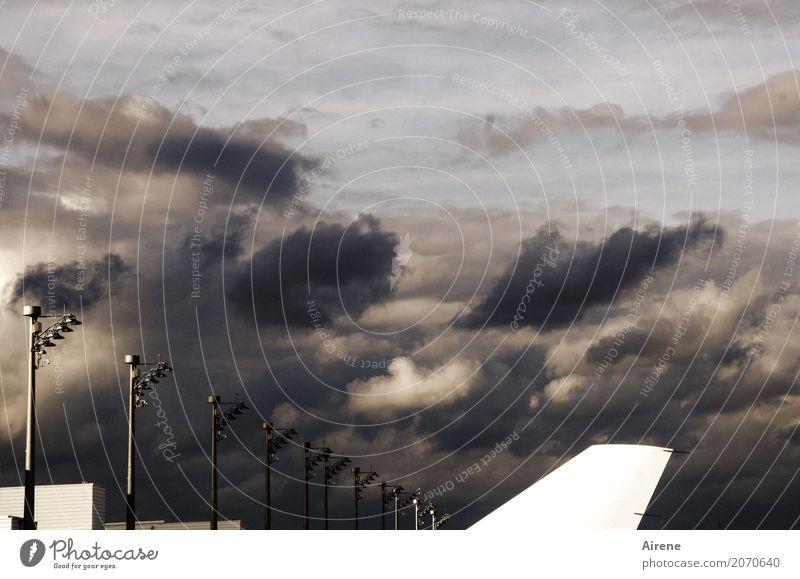 wolkig fetzig Ferien & Urlaub & Reisen Luftverkehr Himmel Wolken Gewitterwolken Nachthimmel Klima Wetter Wind Sturm Flugzeug Flughafen Landebahn im Flugzeug