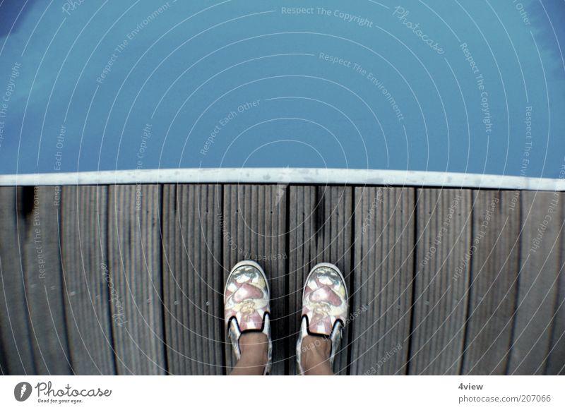 innehalten Mensch Wasser blau Sommer Holz Fuß Schuhe frei Brücke Steg genießen Holzbrett Sommerurlaub Wasseroberfläche Holzfußboden Bodenbelag
