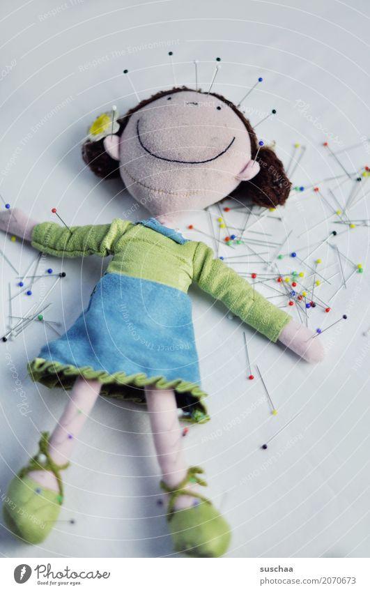 genadelt (2) Gesundheit Gesundheitswesen Alternativmedizin Puppe Handarbeit Zauberei u. Magie Heilung Nadel stechen Stecknadel Verhext Akupunktur Voodoo