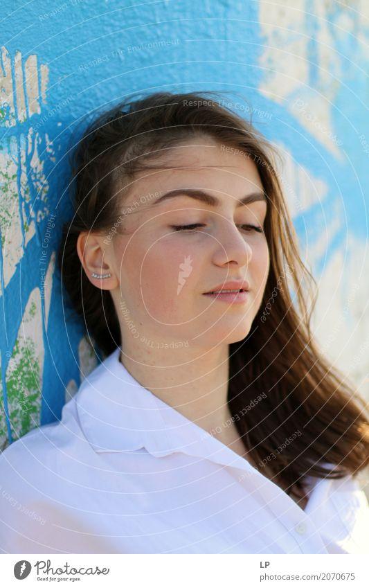 Rothaarige Mädchen auf blauem Hintergrund Mensch Jugendliche Junge Frau schön Erotik Erholung ruhig Freude Wärme Leben Lifestyle Stil feminin Haare & Frisuren