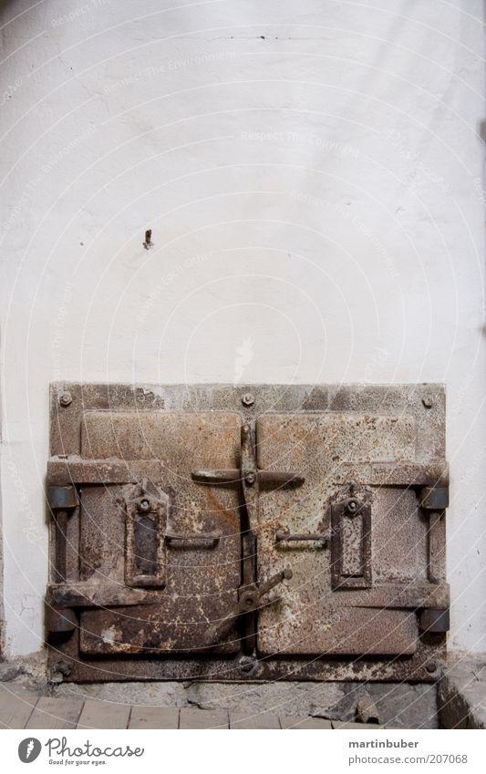 kamintür weiß braun Tür geschlossen trist retro gruselig Rost Kamin Industrieanlage Altbau Klappe Verschluss Gußeisen stilllegen Industrieruine