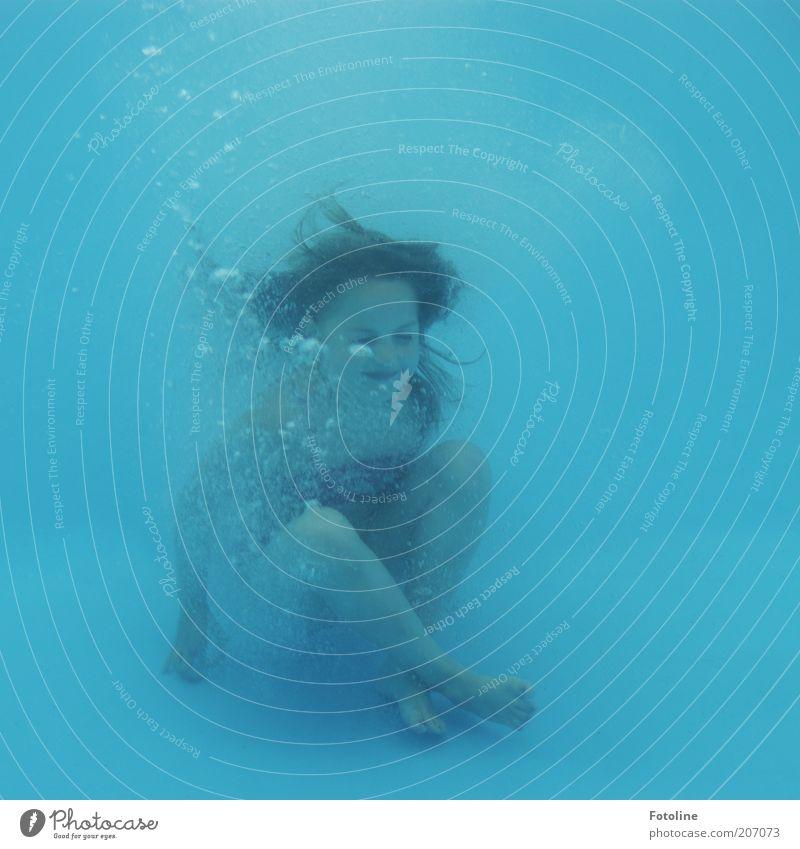 Sitzstreik Freude Schwimmen & Baden Freizeit & Hobby Mensch Kind Mädchen Kindheit Haut Kopf Haare & Frisuren sitzen tauchen kalt nass blau Luftblase