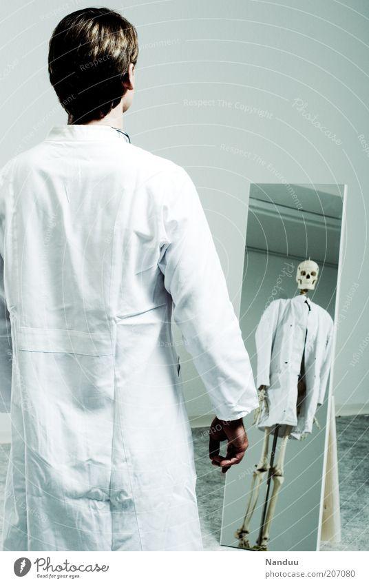 Halbgott in Weiß Mensch Tod Angst maskulin Arzt bedrohlich Krankheit Spiegel Gesundheitswesen Krankenhaus Todesangst Beruf Spiegelbild Skelett Täuschung Schädel