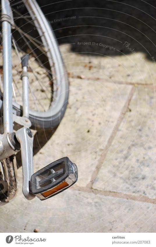 Die Luft ist raus alt Fahrrad dreckig stehen kaputt silber Kette Bildausschnitt anlehnen platt Pedal Speichen Felge Reflektor