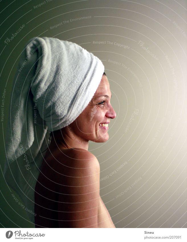 Frau im Licht Körperpflege Haut Gesicht feminin Erwachsene Kopf Schulter beobachten Lächeln Blick Glück Sauberkeit Zufriedenheit Warmherzigkeit Sympathie