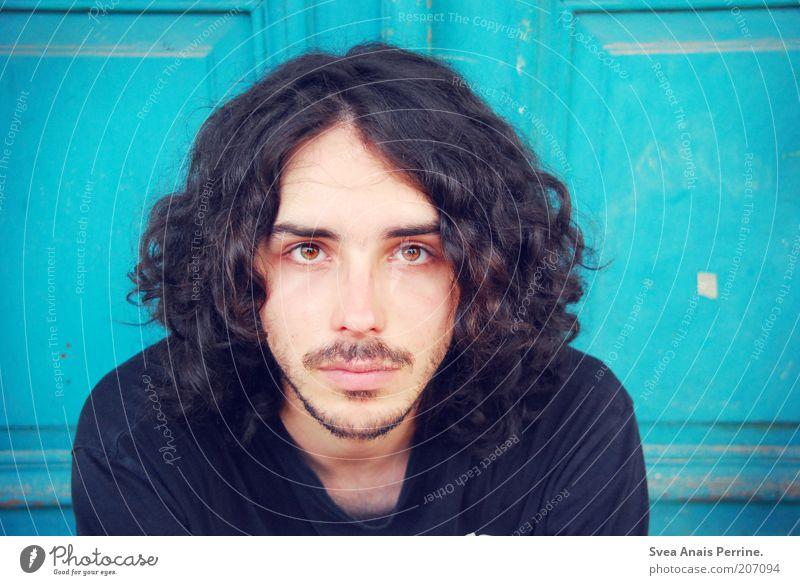 gegenüber. maskulin Auge 1 Mensch 18-30 Jahre Jugendliche Erwachsene Tür Holz T-Shirt Haare & Frisuren schwarzhaarig langhaarig Locken warten außergewöhnlich