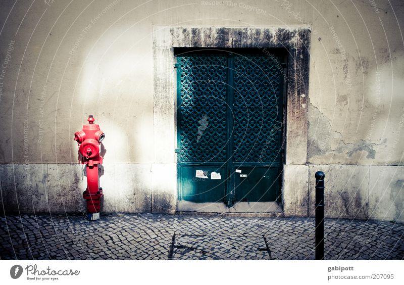 hydranten dehydrieren nycht Lissabon Haus Gebäude Straße Kopfsteinpflaster Hydrant Tür historisch grün rot Wärme Sommer heiß Bürgersteig mehrfarbig