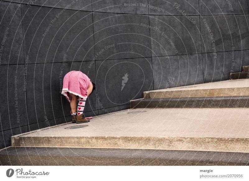 AST 10   Herzblatt Mensch feminin Junge Frau Jugendliche Erwachsene Liebe grau rosa rot Strümpfe Trachtenkleid bücken Treppe Wand Schuhe Spitze Bekleidung