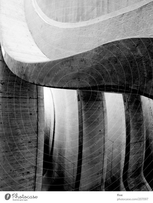 brücke Haus Brücke Parkhaus Bauwerk Gebäude Architektur Verkehr Straßenverkehr Wege & Pfade schwarz weiß Kurve Linie Schwarzweißfoto Außenaufnahme Licht
