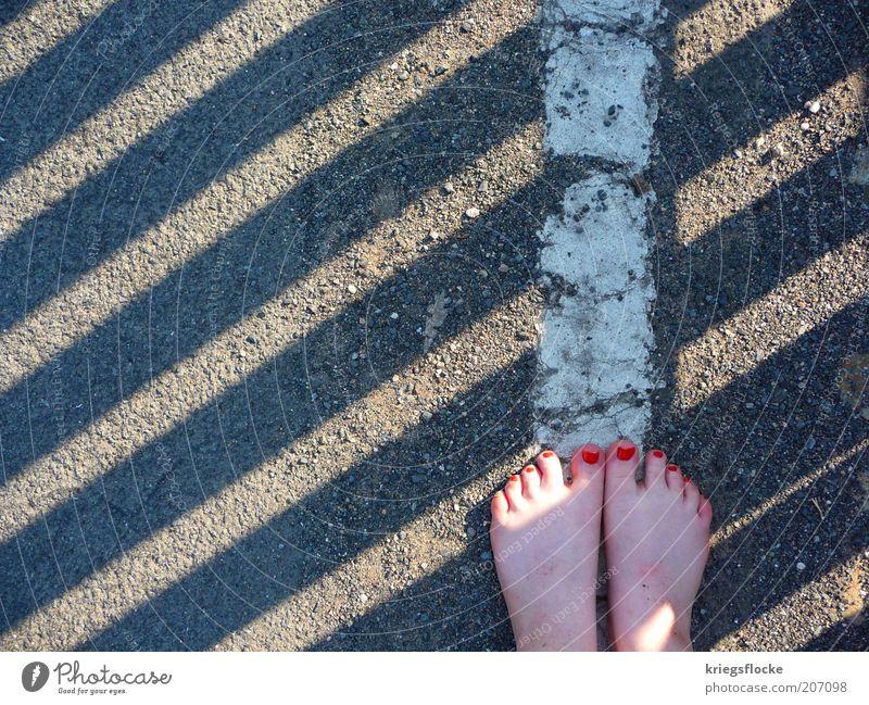Barfußgänger feminin Fuß Fußgänger Straße Wege & Pfade entdecken laufen rot Nagellack Seitenlinie weiß stehen grau Streifen Farbfoto Außenaufnahme