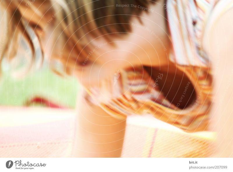 Um die Wette mit dem roten Wurm Mensch Kind Jugendliche Sommer Mädchen Gesicht Bewegung lustig feminin Spielen Haare & Frisuren Freiheit Kopf wild frei blond