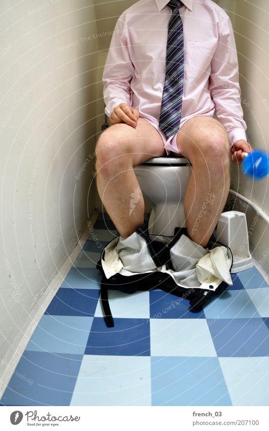 gesittetete Geschäfte maskulin Mann Erwachsene Beine 1 Mensch Bekleidung Hemd Krawatte Behaarung sitzen blau violett rosa Reinlichkeit Sauberkeit skurril