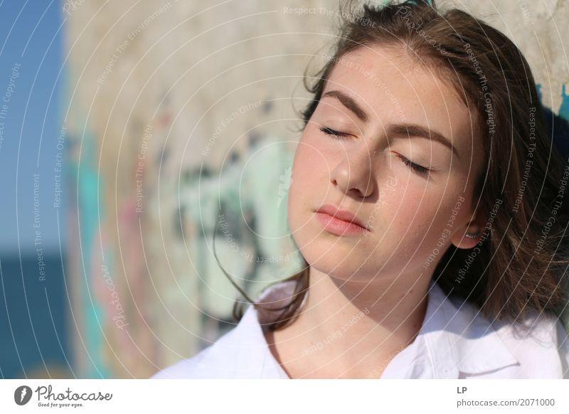 Tagträumen Mensch Jugendliche Junge Frau schön Erholung ruhig Erwachsene Leben Lifestyle Gefühle feminin Familie & Verwandtschaft Haare & Frisuren Mode Denken