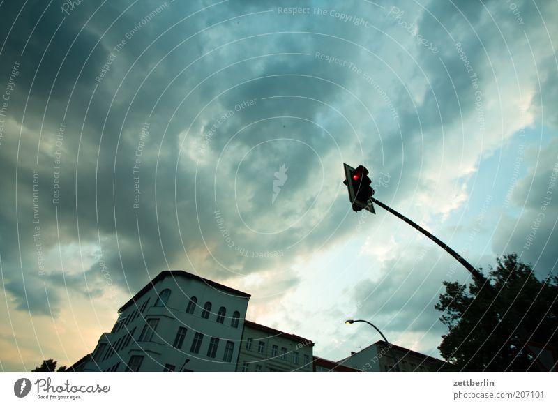 Unwetterwarnung Himmel Stadt Wolken Haus Regen Wetter Ecke bedrohlich Laterne Gewitter Ampel dramatisch Straßenkreuzung Gewitterwolken Wegkreuzung Häuserzeile