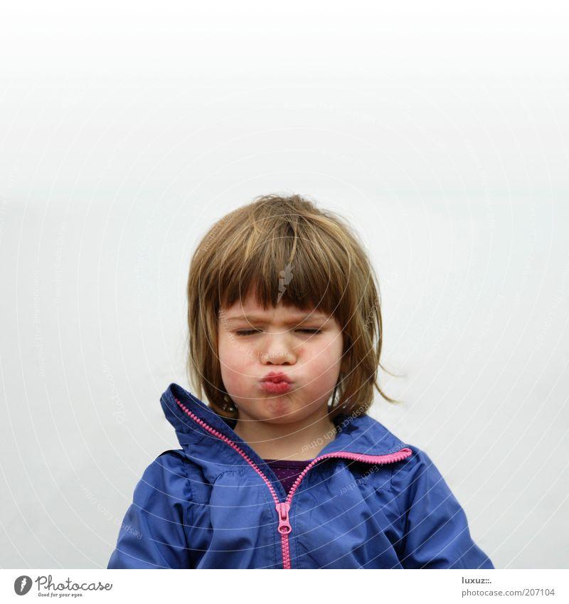 pfff ! Kind Mädchen blau Spielen Glück Denken lustig blond Coolness Küssen Wut außergewöhnlich Kindheit Gesichtsausdruck frech