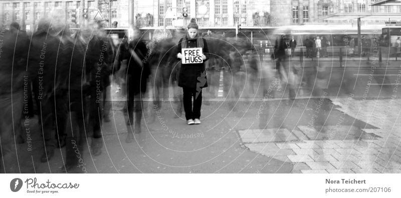 .free hugs Lifestyle Stil Mensch Erwachsene 1 Menschenmenge Verkehr Straße Bahnfahren Straßenbahn Bahnhof Mode Bekleidung Mantel rennen träumen Geschwindigkeit