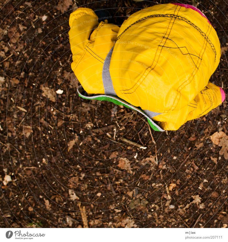 in der ecke. Mensch Kind Natur gelb Herbst kalt Regen Kindheit gehen Ausflug Boden stehen Kleinkind Kindergarten Fernweh Kindererziehung