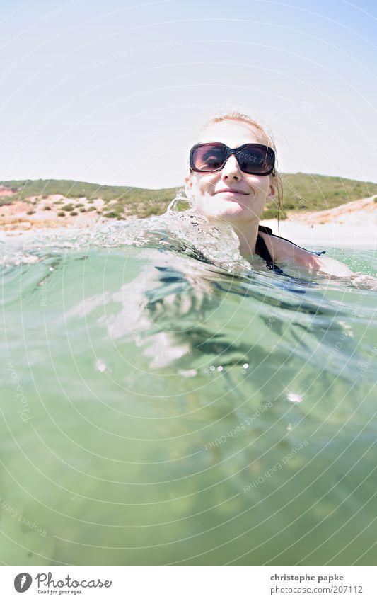 Planschen Mensch Jugendliche Ferien & Urlaub & Reisen Sonne Meer Sommer Strand Erwachsene Erholung Küste Kopf Wellen Zufriedenheit Schwimmen & Baden blond
