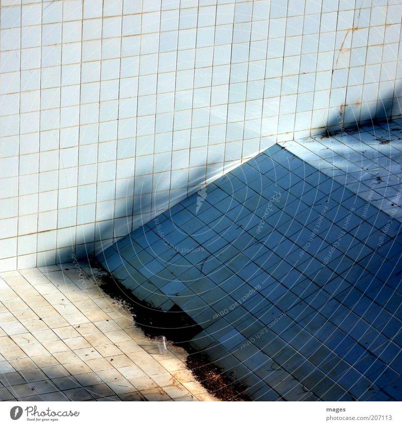 Luftraum alt ruhig Wand Mauer dreckig leer kaputt Schwimmbad Vergänglichkeit verfallen Fliesen u. Kacheln Verfall Vergangenheit schäbig Ruine Ekel