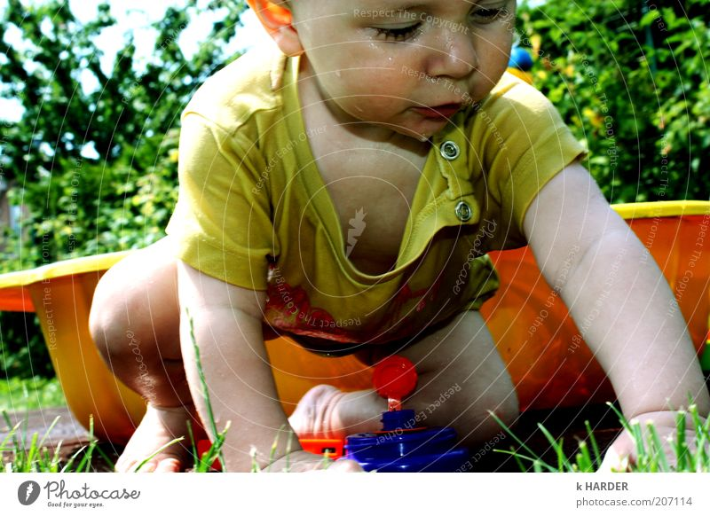 klitsch, klatsch... Mensch Natur grün blau Freude gelb Spielen Garten Bewegung Glück Zufriedenheit Baby Kraft nass Fröhlichkeit T-Shirt