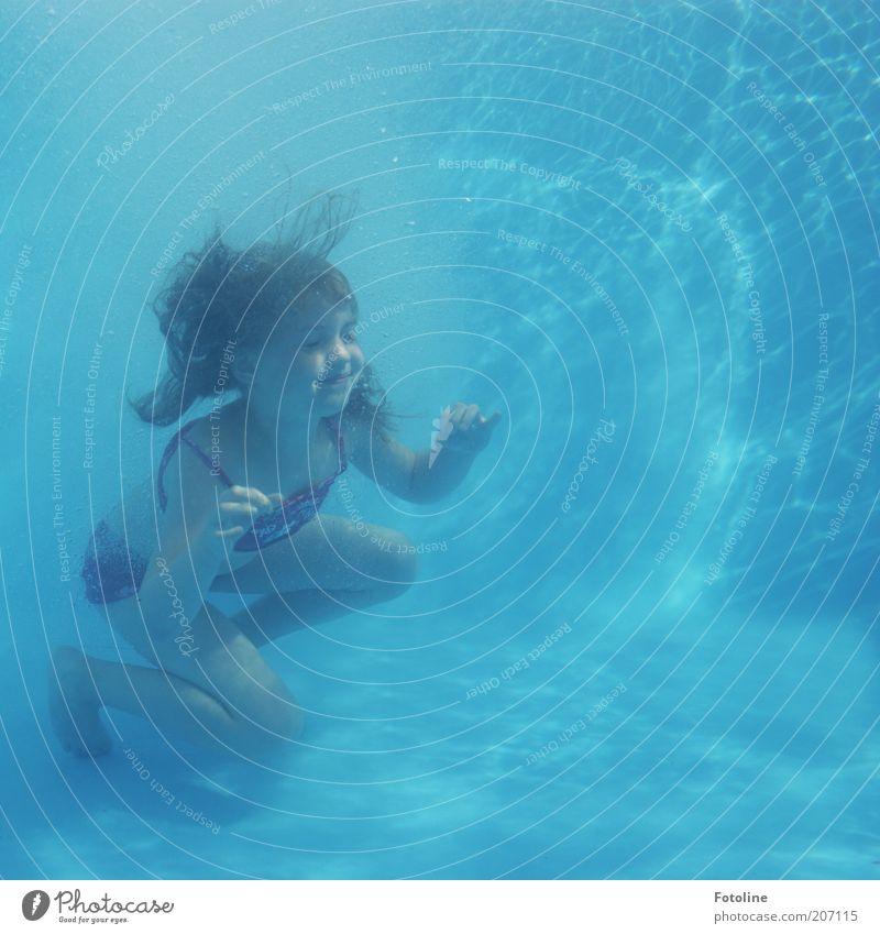Sitzstreik beendet ;) Schwimmen & Baden Mensch Kind Mädchen Kindheit Wasser Sommer tauchen nass blau Farbfoto mehrfarbig Außenaufnahme Unterwasseraufnahme