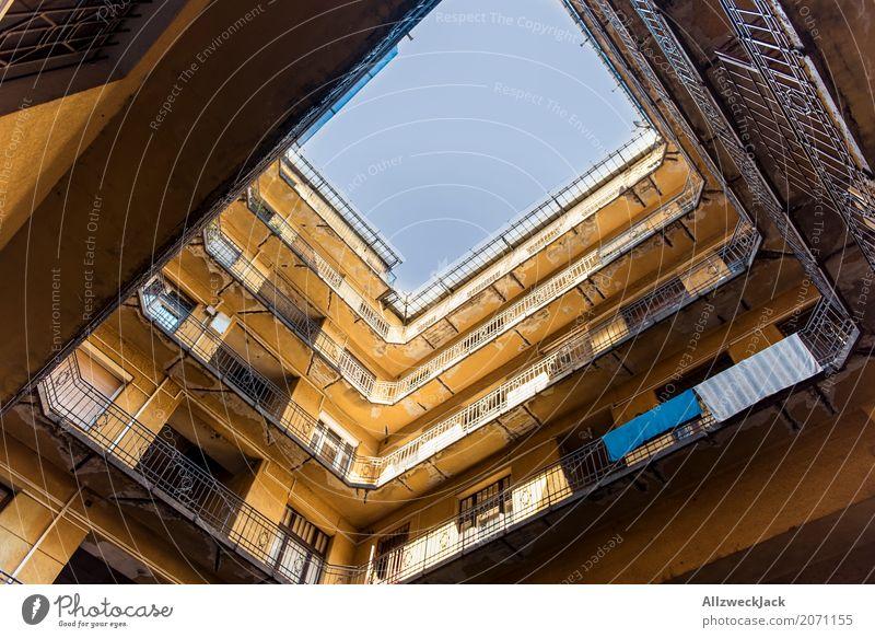 Hinterhof Budapest 2 Ungarn Hauptstadt Stadtzentrum Altstadt Menschenleer Haus Gebäude Architektur Balkon Terrasse alt ästhetisch braun gelb Hof Innenhof