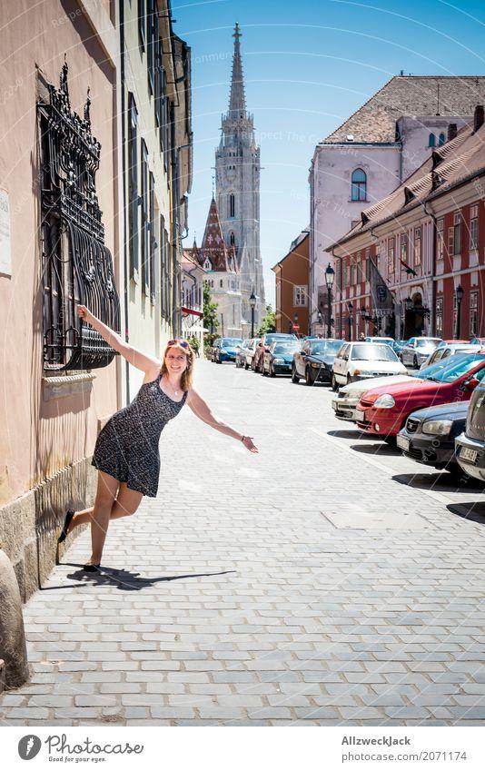 rumhängen im Urlaub Mensch Frau Ferien & Urlaub & Reisen Jugendliche Junge Frau Sommer Freude 18-30 Jahre Erwachsene feminin Glück Tourismus Ausflug Kirche