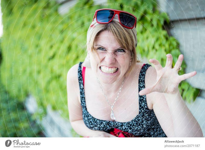 Roarr! Lebensgefahr. Frau Junge Frau wild gefährlich bedrohlich Wut Sonnenbrille böse Pfote Defensive Angriff Landraubtier kratzen Kratzer fletschen