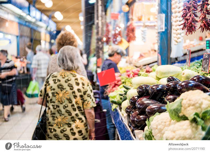 Market Senior stehen warten kaufen Gemüse Markt Blumenkohl Aubergine Gemüsemarkt Markthalle
